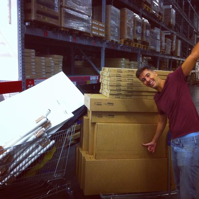 Carlos de Ory montando literas, para experiencia co-living.