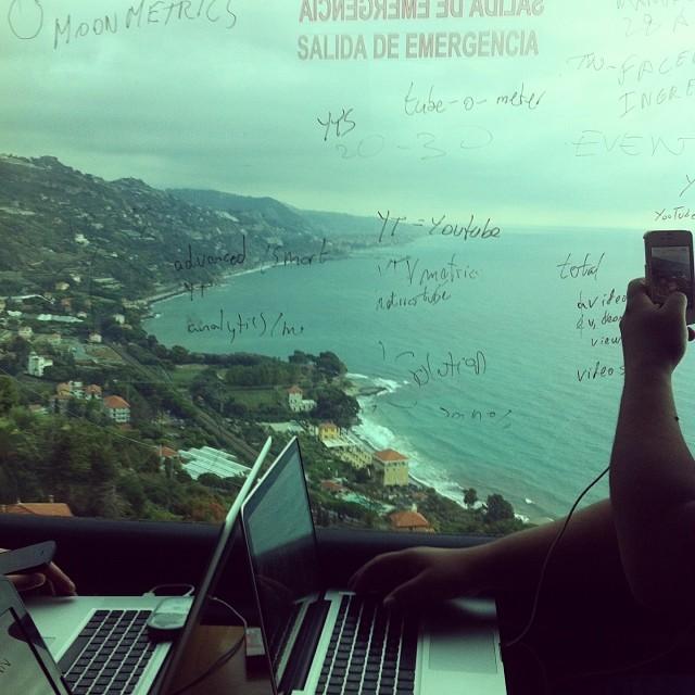 Trabajando en StartupBus, cerca de Mónaco, camino de Venecia