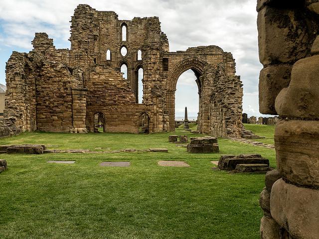 Interiores del castillo Priory en Tynemouth