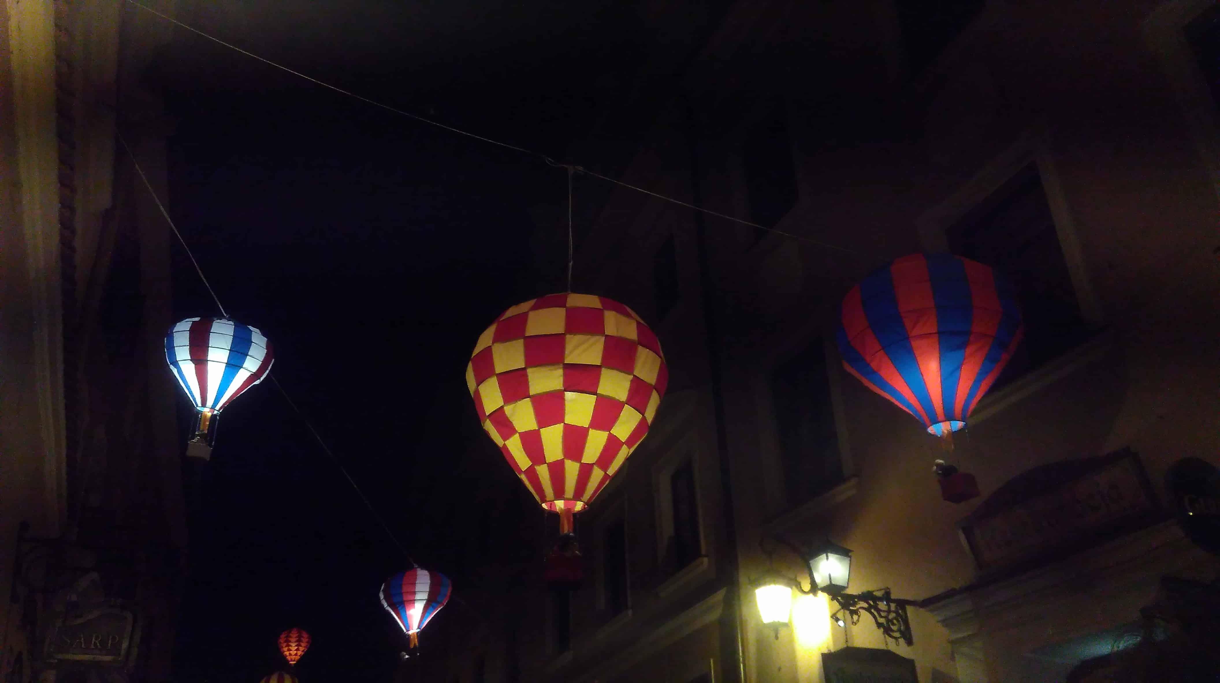 La calle decorada con unos  globos aerostáticos - la vida nocturna de Lublin
