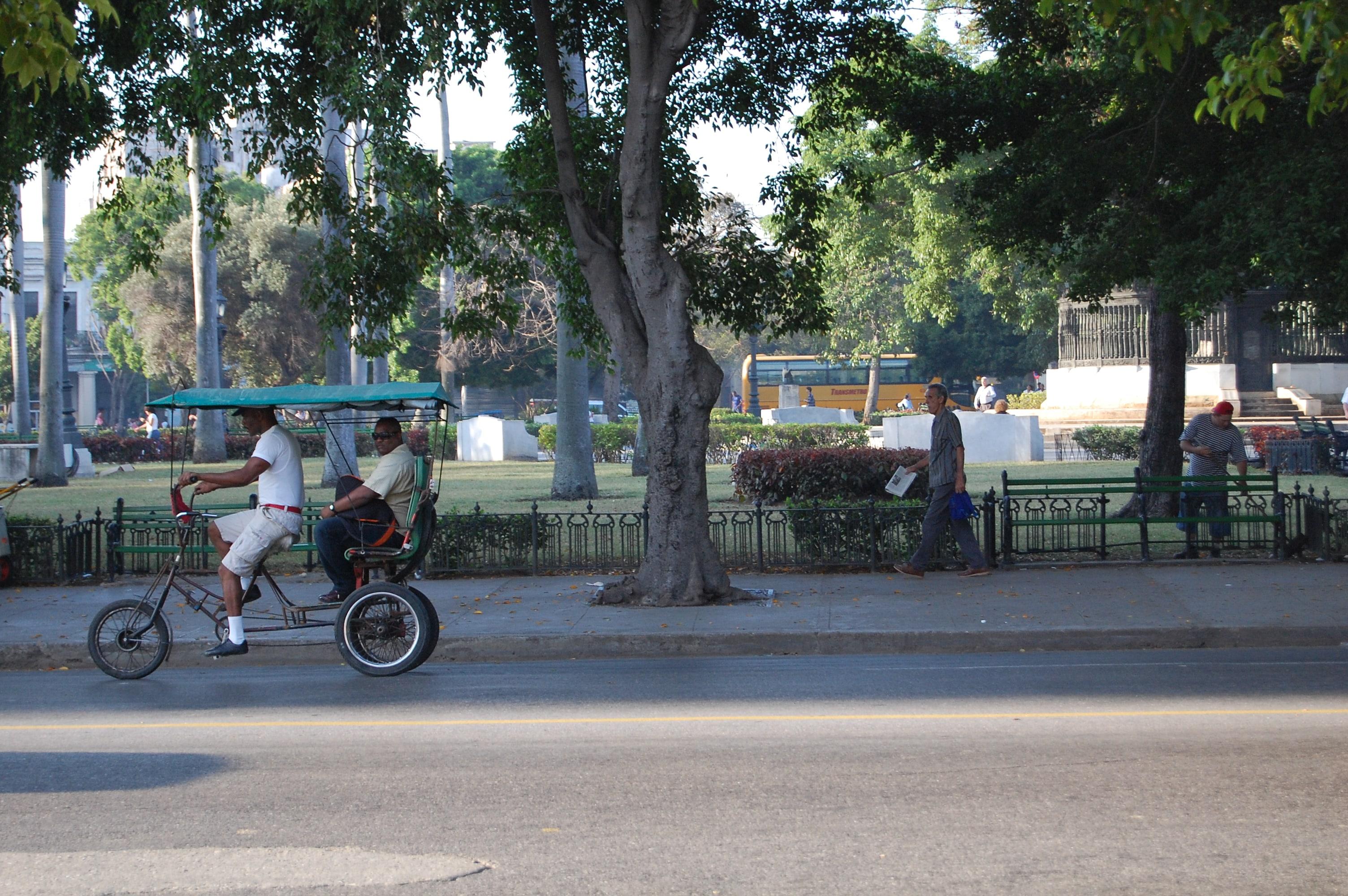 Bici-taxi por el parque de La Fraternidad. Marta Lora.
