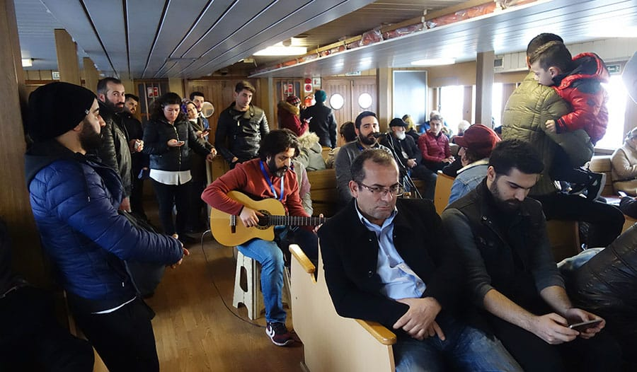 estambul-ferry-musicos