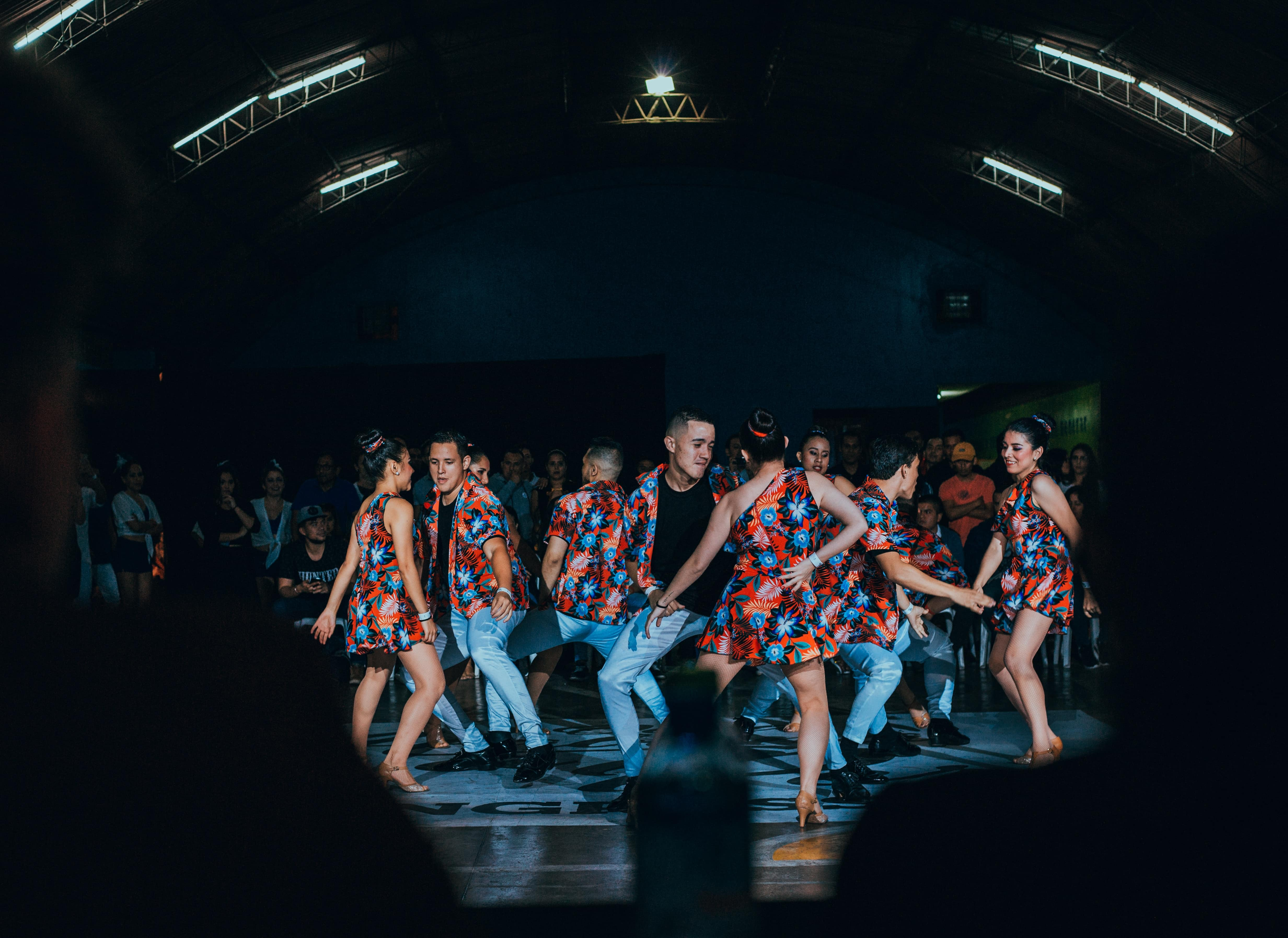 Grupo de bailarines de salsa. Photo by Frank Romero on Unsplash