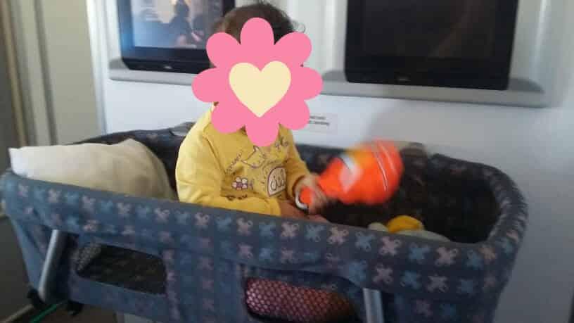 Cuna para bebés en vuelos largos. Foto de Marta Lora.