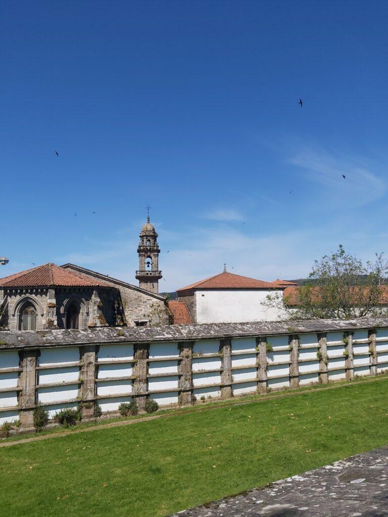 Tapias del antiguo cementerio de Bonaval e Iglesia de San Domingos de Bonaval vistas desde la parte alta del Parque de Bonaval