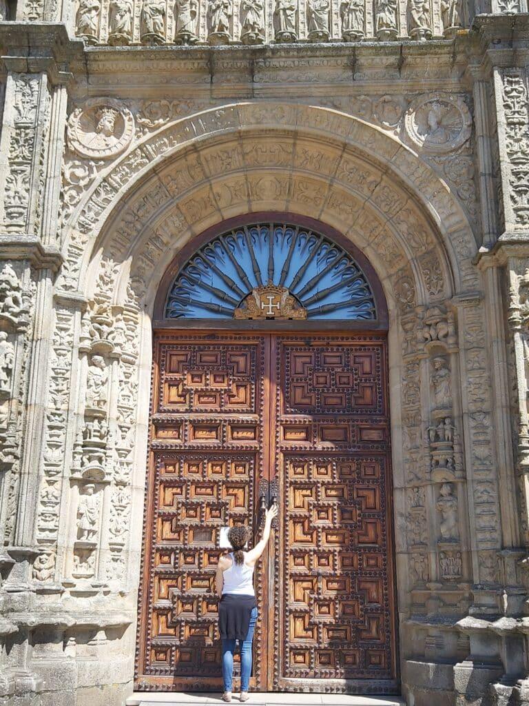 Imagen de la puerta principal del Hostal de los Reyes Católicos