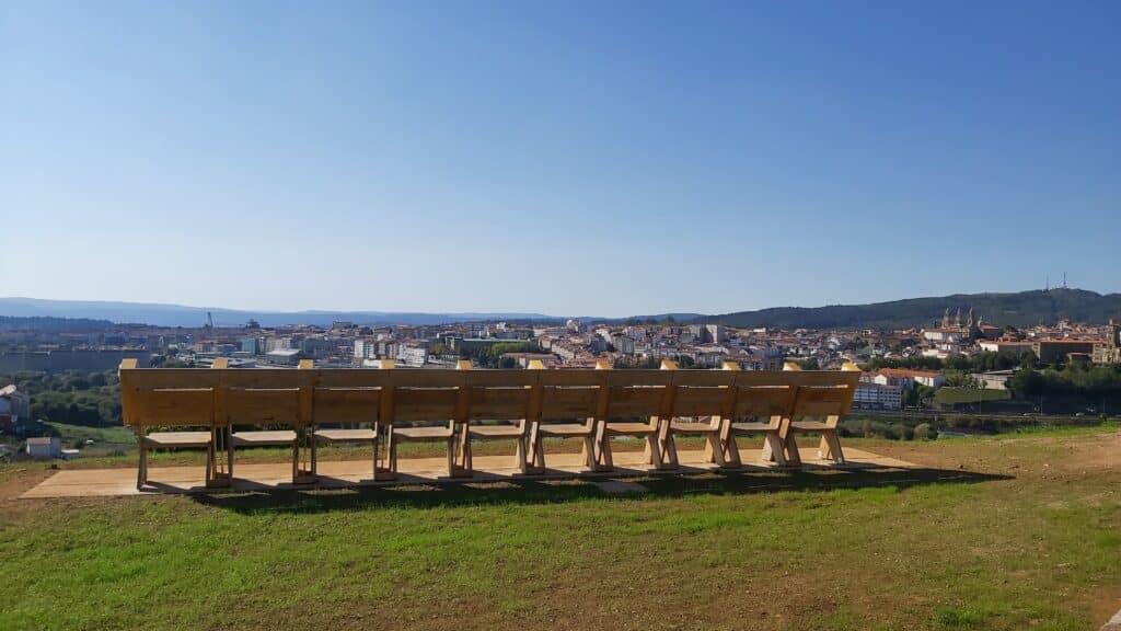 Imagen de Santiago de Compostela desde el Monte Gaiás con los bancos del mirador en primer plano